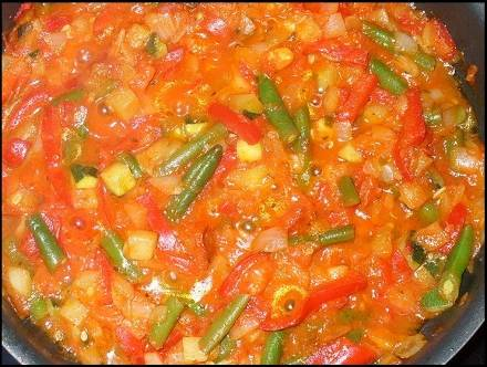 Как приготовить полезную фасоль в томатном соусе