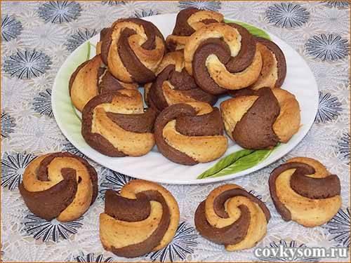 Как приготовить двухцветное печенье с какао?