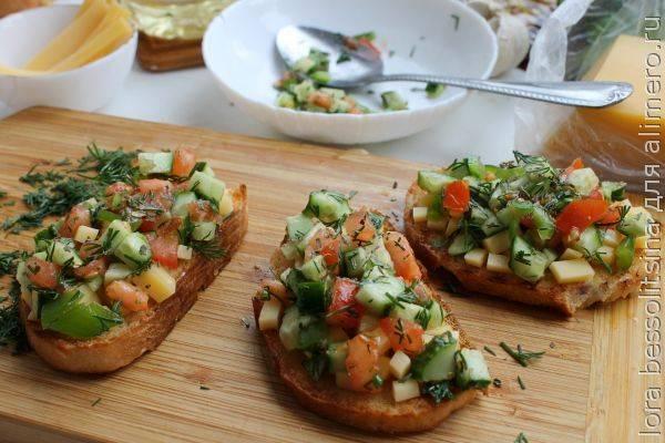 Брускетта с морепродуктами и сливочным сыром