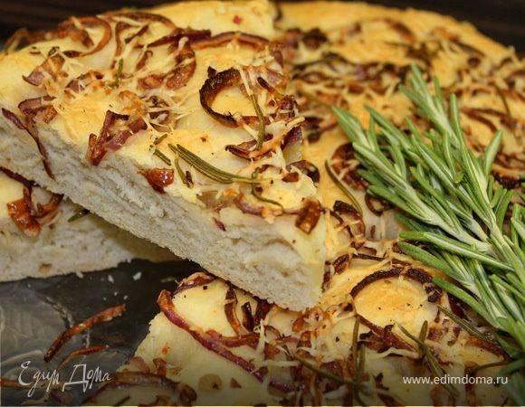 Фокачча с шафраном, луком и маслинами