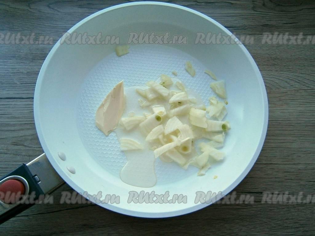 Макароны с сосисками и сыром в сковороде