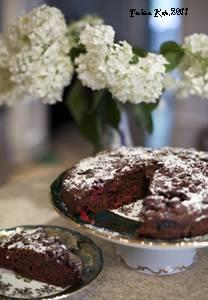 Дрожжевой пирог с шоколадным кремом, вишней и орехами