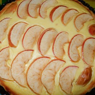 Шарлотка с яблоками корицей и изюмом