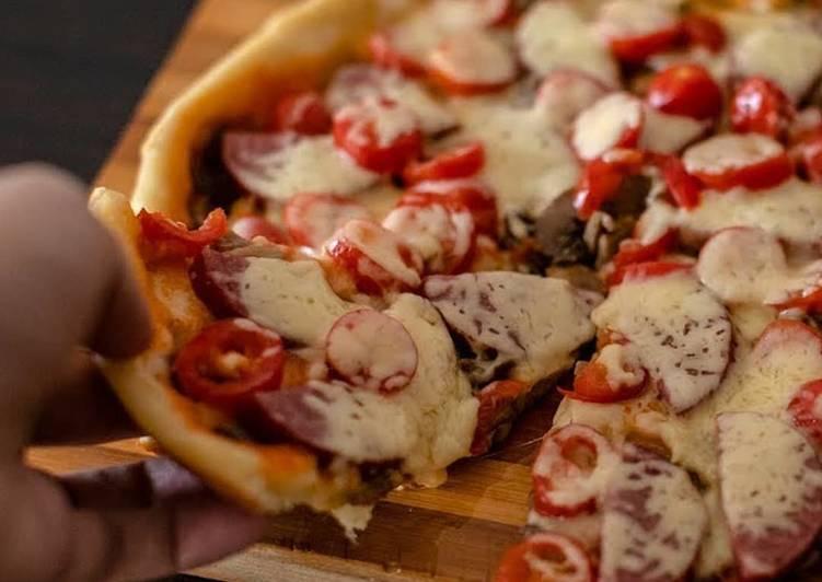 Пицца с грибами и колбасой и помидорами