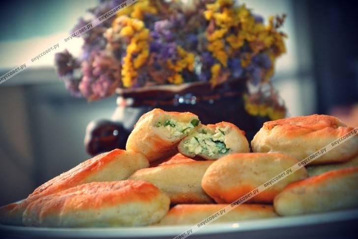Быстрые жареные пирожки с творогом и зеленью
