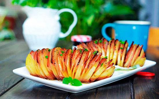 Картошка «гармошка», запеченная с беконом, сыром, салом и колбасой