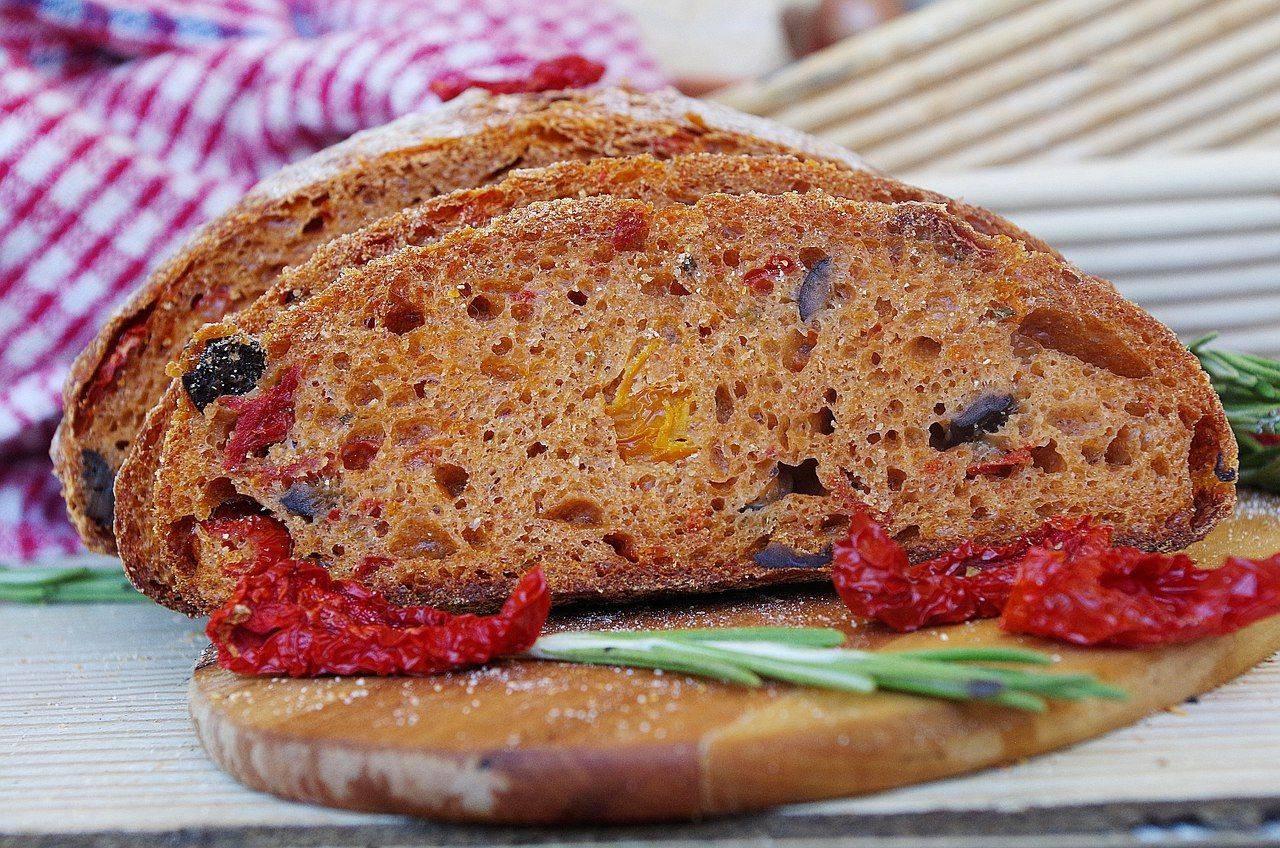 Хлеб с вялеными томатами в мультиварке