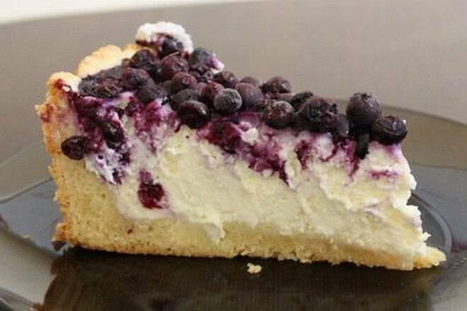 Пирог с творожной начинкой и брусникой