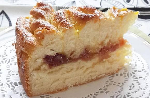 Простой пирог с яблоками и джемом