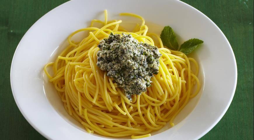 Домашние спагетти с чесноком и зеленью