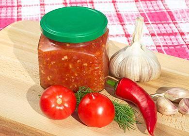 Аджика с болгарским и острым перцем, помидорами и яблоками