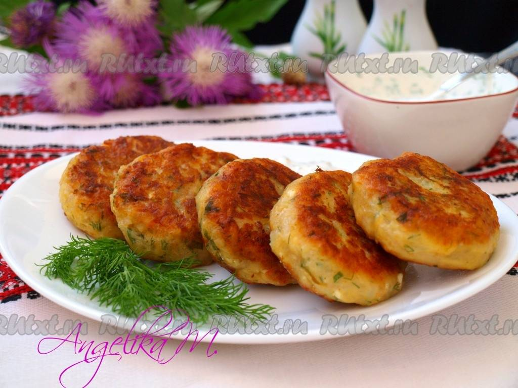 Зеленые картофельные оладьи с творогом