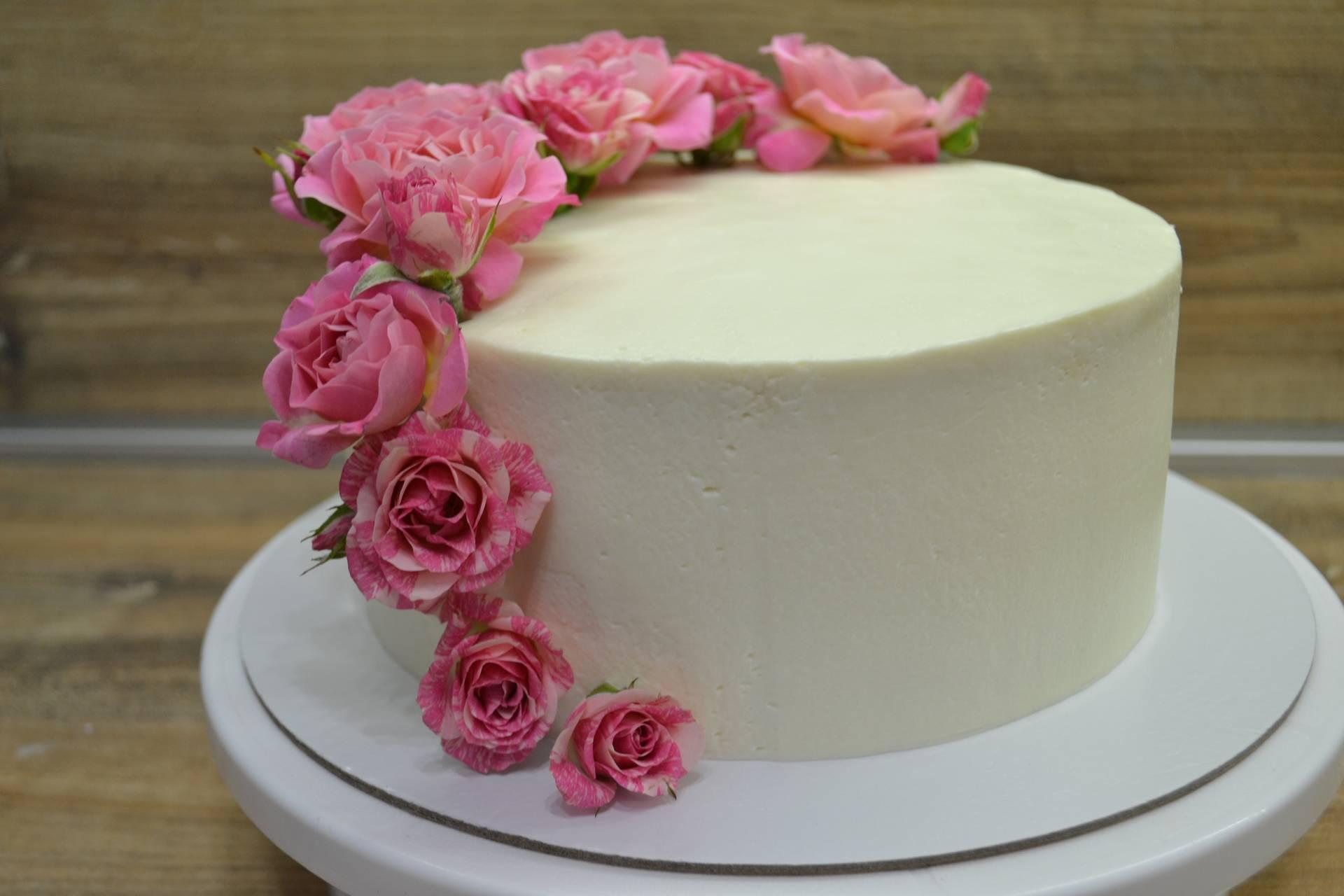 Бисквитный торт с ягодой и заварным кремом
