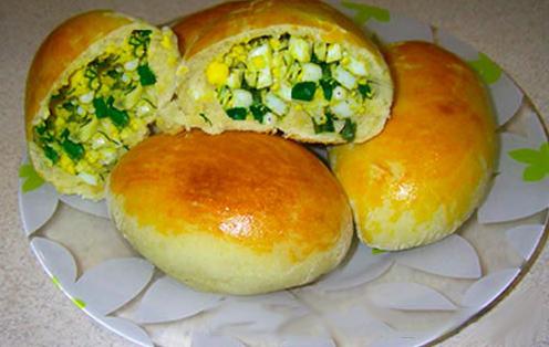 Дрожжевые пирожки с зеленым луком и яйцом в духовке