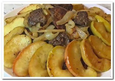 Тушеная печень с яблоками