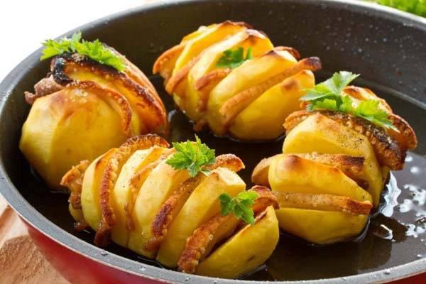 Картошка запеченная с сыром и с беконом и