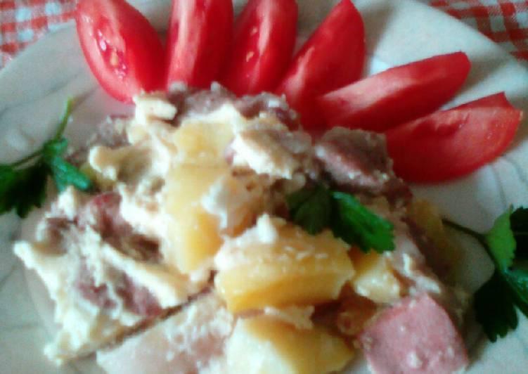 Красный борщ с колбасой
