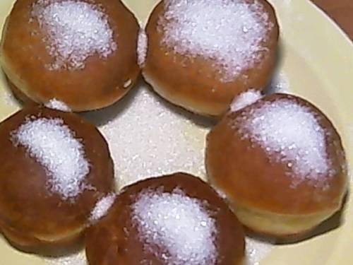 Домашние пончики с сахарной пудрой на сковороде