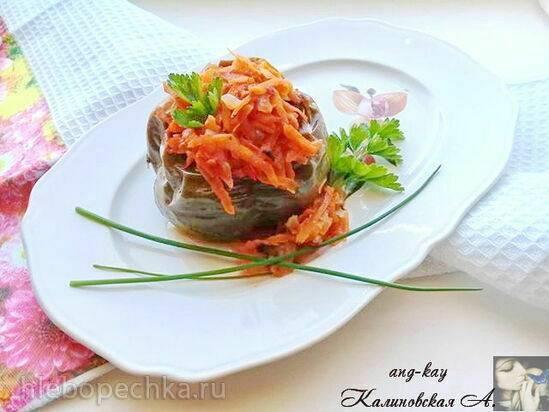 Рыба фаршированная жареными грибами и копченой грудинкой с горчичным соусом