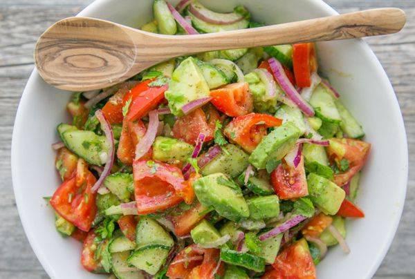 Лёгкий салат в тарталетках с авокадо и красной рыбой
