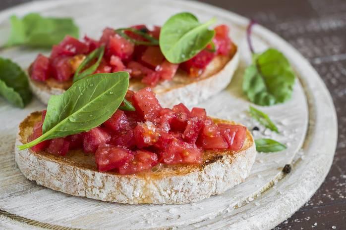 Хлеб с моцареллой и вялеными томатами