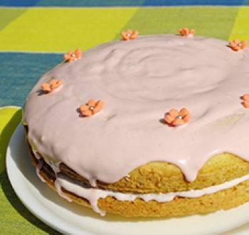 Десерт с заварным кремом и бисквитом