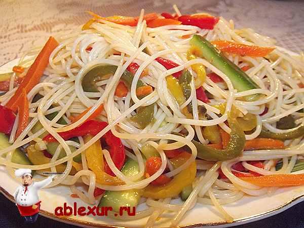 Салат теплый с фунчозой