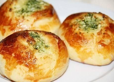Лучшие рецепты чесночных булочек: с сыром, зеленью, пошагово
