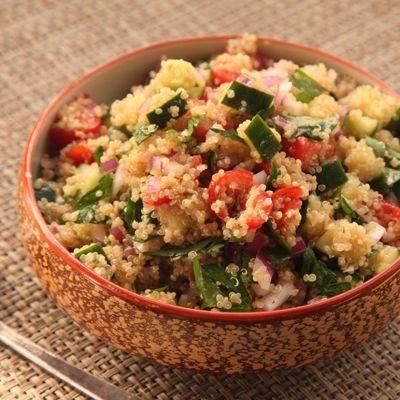 Салат с киноа, авокадо, овощами и креветками, рецепты теплой, постной закуски