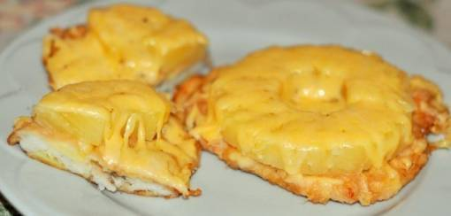Готовим дома куриные отбивные с ананасами и сыром
