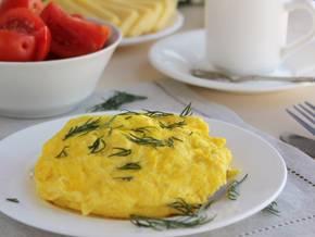 Омлет на сковороде. рецепты простые и вкусные: пышный омлет, с молоком, с сыром, с колбасой, с помидорами и с грибами.