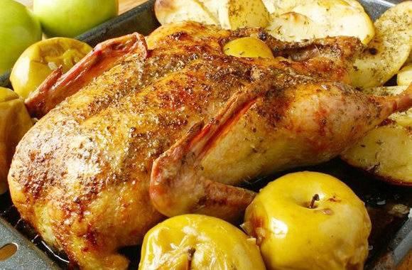 Куриные голени, тушеные с яблоками и черносливом