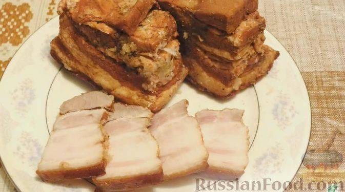 Рулет из свиной брюшины вареный в луковой шелухе