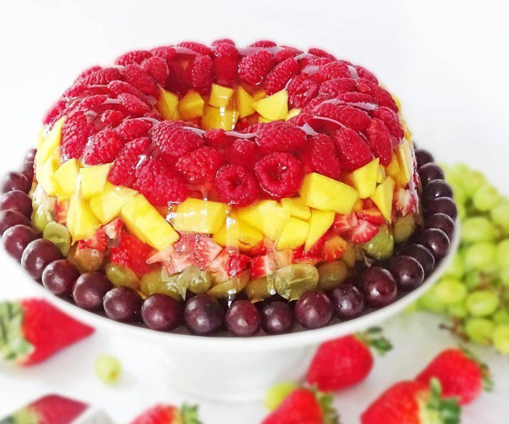 Десерт из фруктов и молочно-ягодного крема