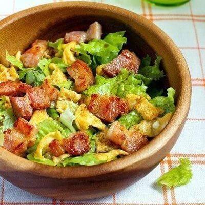 Салат с беконом и помидорами