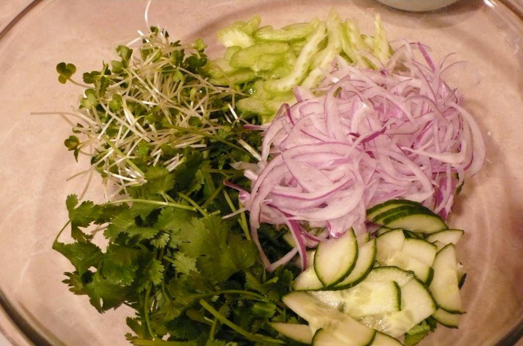 Японский салат с курицей и имбирем