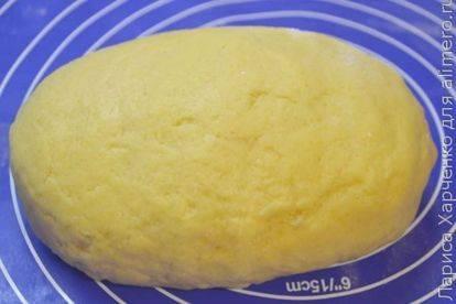 Открытый пирог с творогом и изюмом