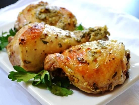 Куриные голени, запеченные на хлебе