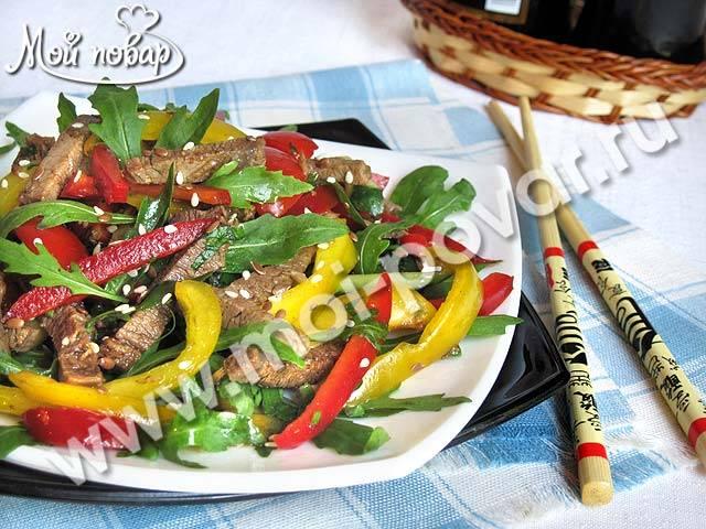 Холодный огуречный салат с луком и болгарским перцем