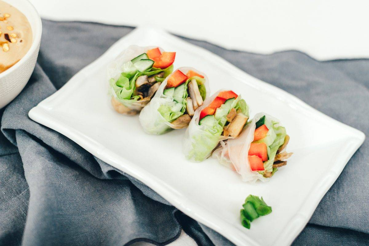 Спринг-роллы из рисовой бумаги с овощами и тайским арахисовым соусом (rice paper roll)