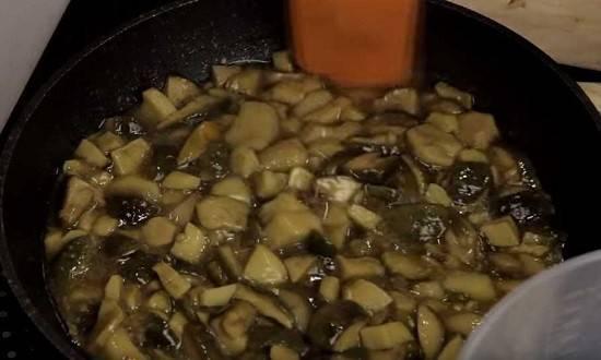 Картошка с белыми грибами жареная на сковороде