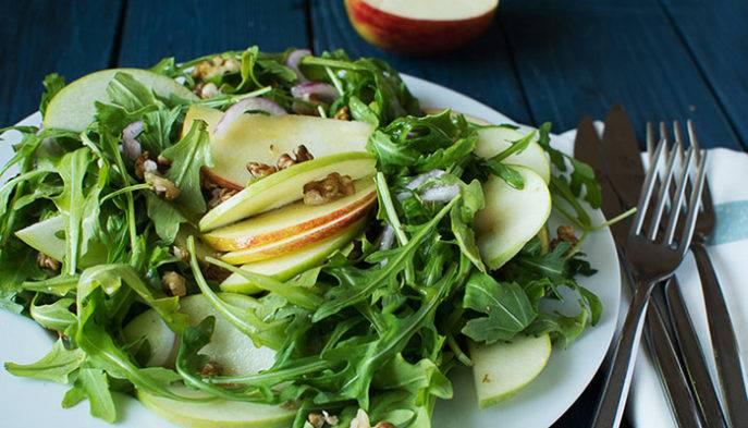 Салат с моцареллой, рукколой и помидорами черри