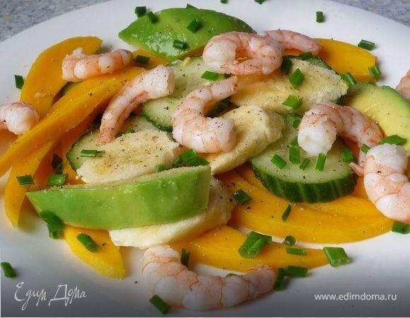 Новогодний салат из креветок с манго и авокадо