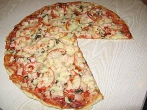 Рецепт пиццы с маринованными грибами, колбасой и солеными огурцами