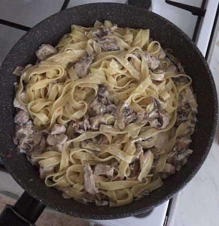Паста с креветками и грибами в сливочном соусе