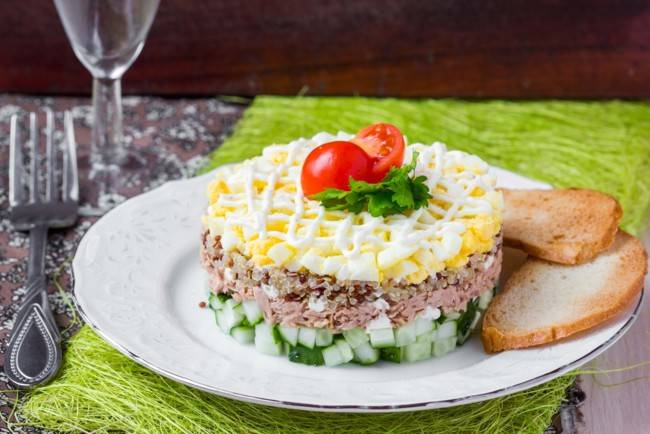 Салат с тунцом, свежим огурцом, яйцом