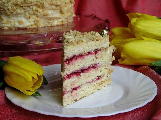 Бисквитный торт с клубникой и другими ягодами: рецепты с фото