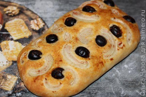 Фокачча с оливками, луком и паприкой для рождественского поста