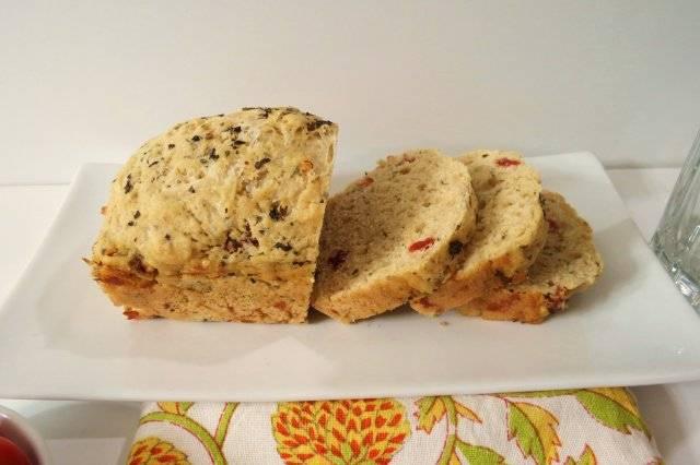 Отрубной пряный хлеб с вялеными томатами и зеленью