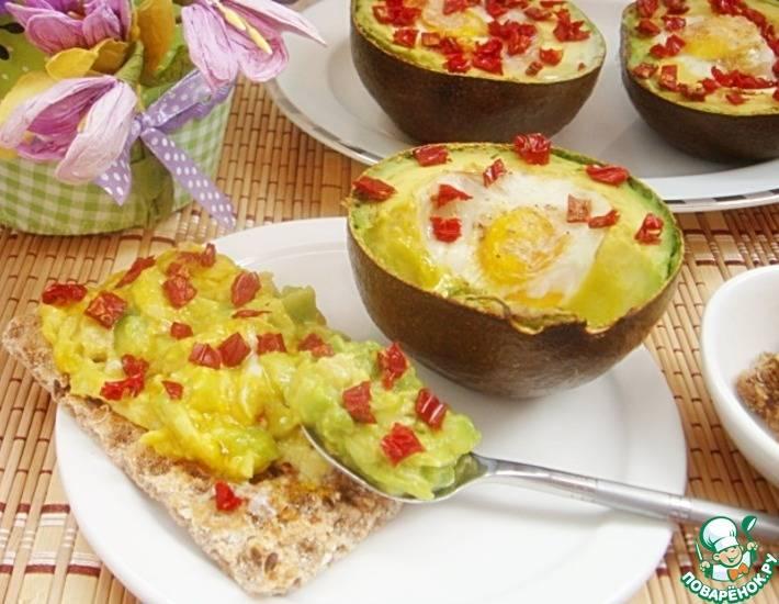 Яичница с плодами авокадо